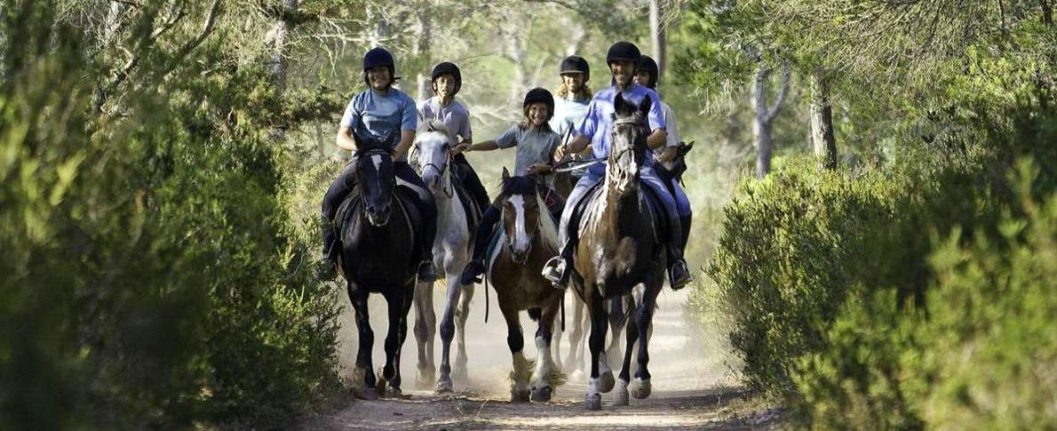 grupo de estudiantes paseando a caballo