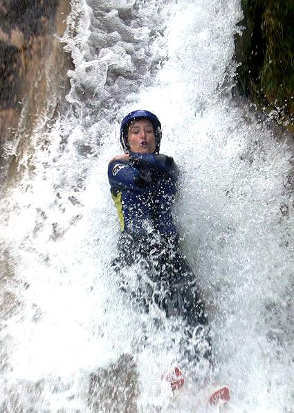 Chica realizando descenso de barrancos
